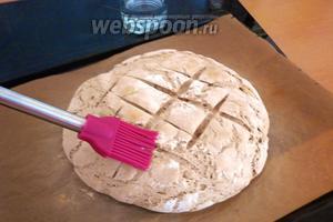 Когда хлеб подрумянится, смазать буханку водой (или сбрызнуть из пульверизатора).