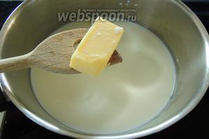 Вскипятим молоко с маслом (25 г), солью, мускатным орехом, натёртым мелко, и перцем по вкусу.
