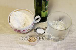 Для теста нужно взять тёплую воду, муку, масло, соль и дрожжи.