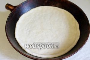 Тесто уложить в подходящую форму и руками довести до толщины 3-5 мм, слегка обозначив пальцами бортики.
