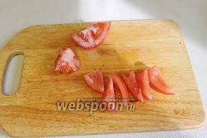 У помидора удалить сердцевину и нарезать его ломтиками или кубиками. Можно взять черри и нарезать половинками.