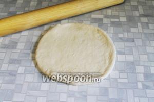 Когда тесто поднимется и станет лёгким раскатать его в круглую лепёшку.