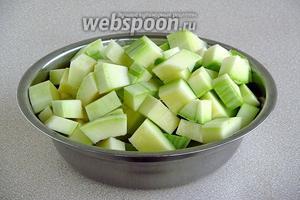 Подготовленные цукини нарезать кусочками.