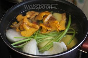 Добавить лисички и 1/3 луковицы. Довести до кипения и варить при медленном кипении под крышкой до готовности овощей.