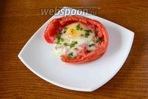 Выкладываем готовое блюдо на тарелку. Посыпаем яичницу зелёным луком.  Приятного аппетита!