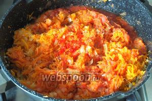 В комбайне перекрутить помидоры с острым перцем чтоб получилось кашица и добавить её к луку с морковью. Тушить 10 минут.