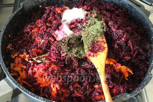 Свёклу добавить в сковороду, добавить сахар, соль и все специи. Влить уксус.