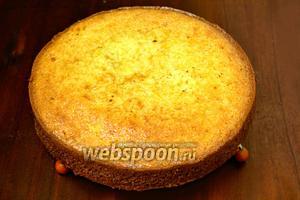 Готовый пирог оставляем в форме, пусть остывает до тёплого, потом можно достать и остудить полностью на решётке. Пирог вкуснейший, но, если оставить подобно чизкейку в холодильнике на ночь, будет ещё лучше.