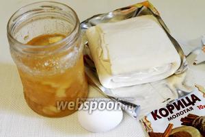 Для приготовления слоек взять упаковку теста, варенье из дыни, яйцо для смазки, корицу.