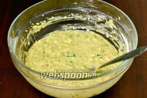 Всыпаем гороховую и пшеничную муку, перемешиваем. Если хотите, чтобы котлетки получились более пышными, можно добавить 1 чайную ложку соды. Я это сделала, хотя в рецепте этого ингредиента не было.