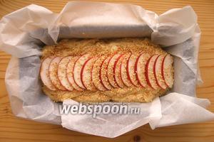 Выкладываем тесто в форму (размер примерно 10х20 см), застеленную пергаментом. Сверху выкладываем кусочки яблок и посыпаем кунжутом. Выпекаем 45-50 минут при 180°С.