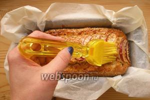 Готовый кекс (проверяем деревянной зубочисткой) смазываем абрикосовым вареньем.