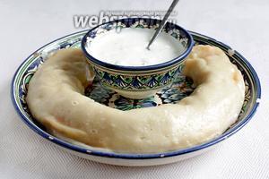 Готовый рулет-ханум выложить на блюдо и подавать с разными соусами по вкусу. Можно подать маринованный лук с зеленью.