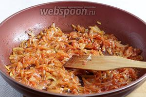 К обжаренному луку добавить томатную пасту и ещё жарить 5 минут. Обязательно начинку остудить.
