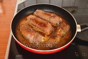 Добавить к рулетикам воду или бульон, приправить по вкусу солью и перцем и тушить на среднем огне 1 час при закрытой крышке. Готовые рулетики, предварительно сняв нитки, подавать с отварным или жареным картофелем, либо с тушёной капустой. Приятного аппетита!