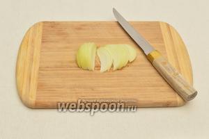 Лук очистить и нарезать полукольцами или вдоль луковицы.