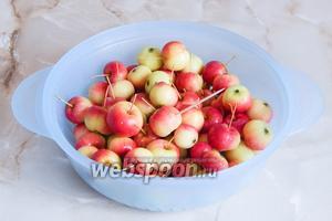 Первым делом пастеризуем банки и крышки. Затем помоем яблочки. Их нужно обработать следующим образом: подрезать плодоножки и отрезать ножницами хвостики с противоположной стороны. После этого, наколоть каждое яблоко 5-6 раз зубочисткой, чтобы не полопались.