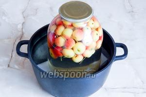 Затем в большую кастрюлю наливаем воду и кладём на дно тряпочку, чтобы стекло банки не касалось дна посуды. Помещаем банку с компотом в кастрюлю, доливаем воды по максимуму и даём медленно кипеть воде около 20 минут.