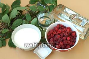 Чтобы приготовить ликёр нам понадобятся ветки вишни (7-8 штук по 50 см длиной), вода, водка, сахар, малина (или другие ягоды) и лимонная кислота. Ягоды и сахар я вымеряю литровой банкой — 1 литровая банка сахара на 1 литр малины.