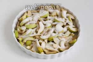 Посыпьте яблоки сахаром. Теперь нужно запечь яблочные дольки в духовке (20-30 минут при 180°С).