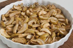 Сахар в итоге должен расплавиться, а яблоки стать мягкими. 1 разок дольки можно перемешать во время тепловой обработки.