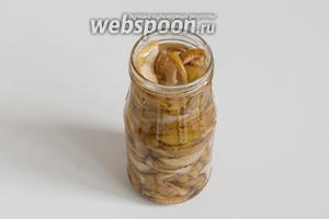 Поместите горячие яблоки в горячую сухую стерильную банку, закрутите стерильной крышкой. До полного остывания оставьте баночку с заготовкой укутанной в шерстяное одеяло.
