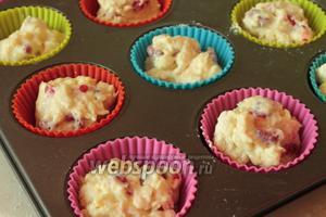 Разложить тесто по формочкам (если формы не силиконовые, то предварительно смазать маслом и присыпать мукой).