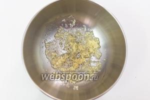 Приготовим маринад для курицы. Чеснок (1 зубчик) нарежем мелко, имбирь очистим и натрём на мелкую тёрку, добавим подсолнечное масло (1 ст. л.) и сок лайма.