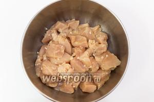 Курицу нарежем средними кусочками, добавим в маринад и хорошо перемешаем. Накроем, ставим в холодильник на 1,5-2 часа.