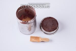 Ещё нужно смешать какао с корицей. У меня для подобных операций есть такая вот удобная баночка с сеточкой, но можно, в принципе, обойтись и каким-нибудь маленьким ситечком, например, чайным.