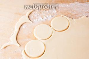 Когда тесто вылежится, нужно поставить духовку на разогрев на 180°С. Раскатывать бруски будем по-одному, второй пусть пока так и лежит в холодильнике, ничего ему не станется. Тесто раскатываем толщиной этак 3-4 мм (на предварительно посыпанной мукой поверхности). Вырезаем из него будущие печеньки круглой формы (я делаю это бокалом).