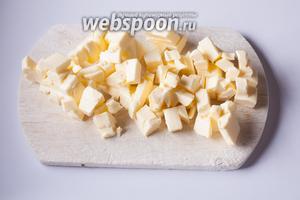 Рубим масло ножом на кубики. Для этого рецепта оно нужно холодным, предварительно выдерживать при комнатной температуре не нужно.