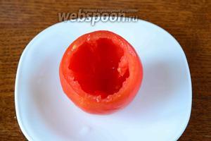 С помидора срезаем крышечку. Затем, с помощью столовой ложки, вынимаем мякоть.