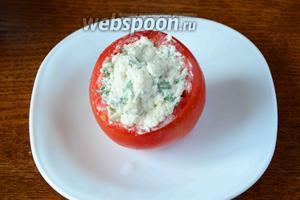 Начиняем помидор сырной массой.