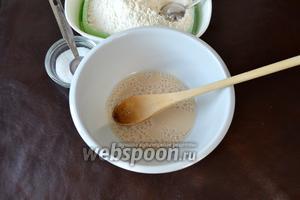 Приготовить опару. В небольшой миске смешать дрожжи, 1 ч. л. сахара, 1 ст. л. муки и тёплую воду. Перемешать и оставить в тёплом месте на 45 минут, накрыв миску плёнкой.