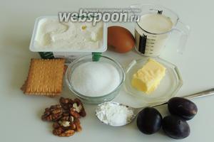 Подготовим ингредиенты: печенье должно быть очень крохким, например «Пети Бер» или сливочное, яйца, орехи уже очищенные, сливки (можно и меньшей жирности, влияет на текстуру), сахар и корицу, сливочное масло и свежие сливы.