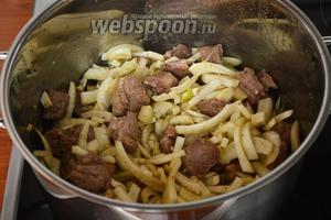 Добавить фенхель и немного обжарить вместе с мясом.