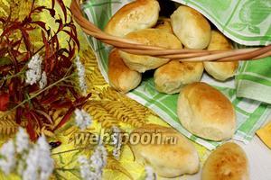 Пирожки дрожжевые с лисичками и зелёным луком