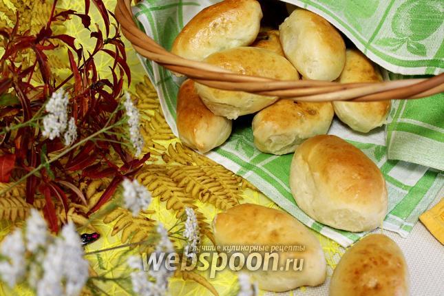 Фото Пирожки дрожжевые с лисичками и зелёным луком