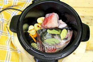 После обжарки добавляем куски рыбы и голову, вводим лавровый лист, чтобы получить насыщенный бульон.