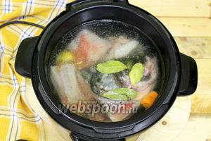 Наливаем воду. Включаем программу «суп» на 10 минут. Этого времени достаточно, чтобы приготовить бульон в мультиварке-скороварке. Если у вас не предусмотрена такая функция, просто увеличьте время приготовления.