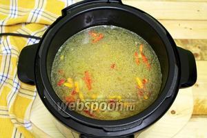 Наливаем приготовленный бульон, перемешиваем. Закрываем крышку. Включаем программу «суп». В моей мультиварке-скороварке суп готовится 12 минут.