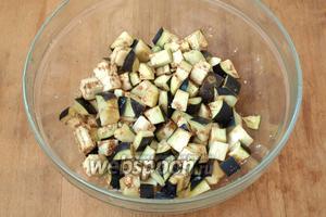 Баклажаны нарезать кубиками, поместить в миску и хорошо посолить, оставить на 30 минут.