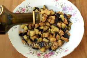 Спустя это время, баклажаны промыть от соли и отжать, полить оливковым маслом и перемешать. Можно использовать и обычное масло без запаха.