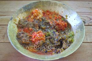 Также как сливу, болгарский перец, лук, острый перец  пропустите через мясорубку.