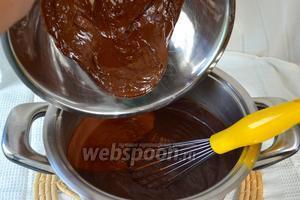 Снять с огня и сразу же добавить сливочное масло и растопленный шоколад. Всё тщательно перемешать венчиком. Крем должен получиться гладким, без комочков!