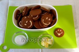 Займёмся приготовлением основания пая. Для этого нам понадобятся: любое шоколадное печенье, сахар и сливочное масло. Духовку включить разогреваться на 180°С.