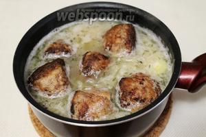Доведем соус до кипения и погрузим в него обжаренные биточки. Готовим ещё около 0,5 часа. Минут за 15 до окончания, можно добавить (по желанию) пряности для мяса.