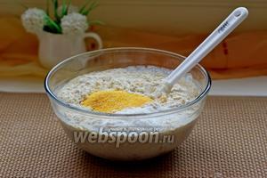 Всыпать кукурузную и пшеничную муку, добавить разрыхлитель и перемешать до однородности.