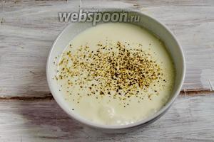 Приготовить сметанный соус: сметану смешать с тёплой водой, посолить, поперчить.